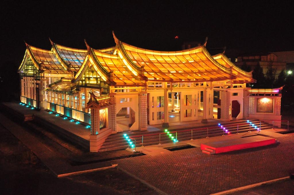 鹿港除傳統文化、古蹟、美食等吸引遊客造訪外,尚有彰濱工業區內各種產業展館,例如台灣玻璃館的玻璃廟亦成獨特的觀光景點。