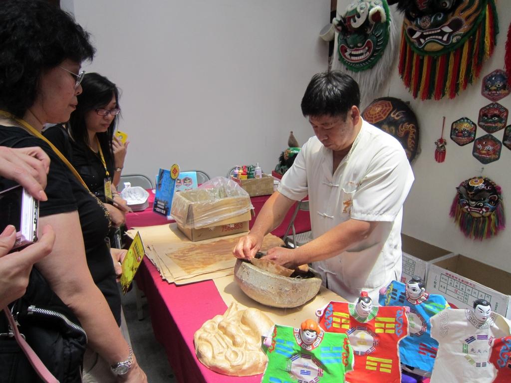 鹿港保存了台灣重要的工藝技術,更提供遊客近距離向工藝匠師學習、DIY之機會。
