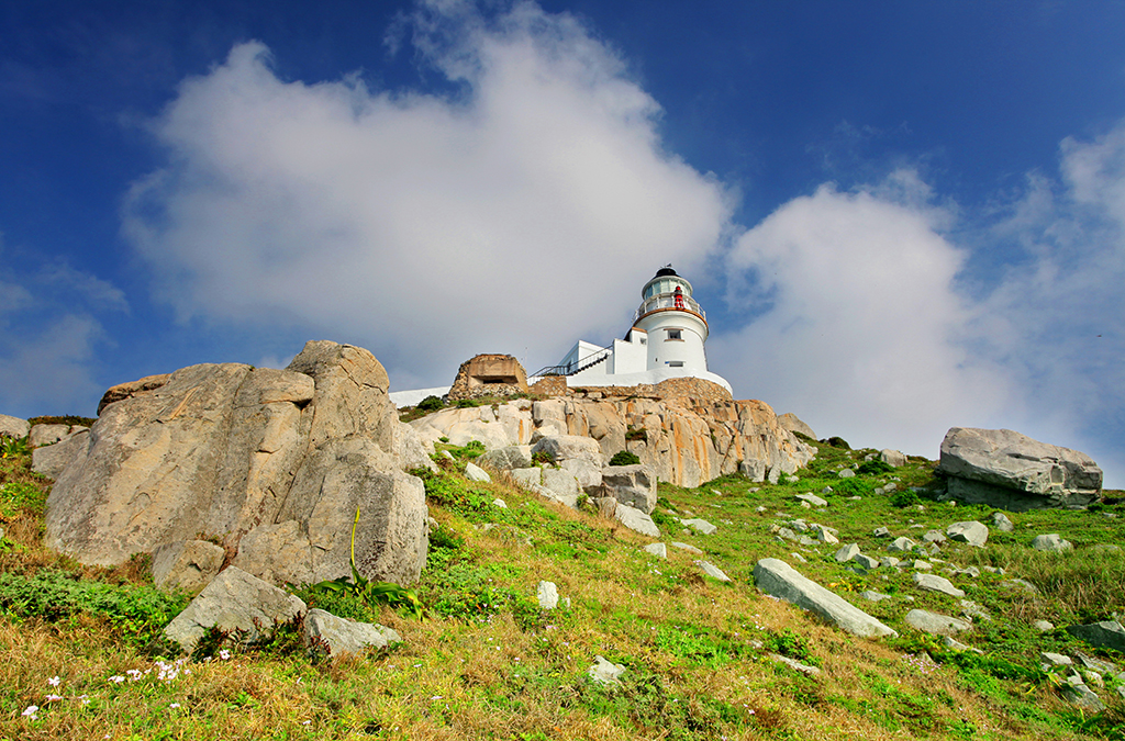 Dongyong Lighthouse is located on the cliff.