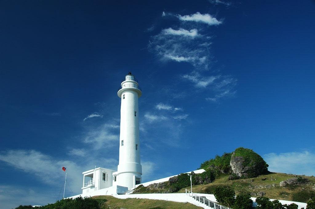 晴空下的綠島燈塔