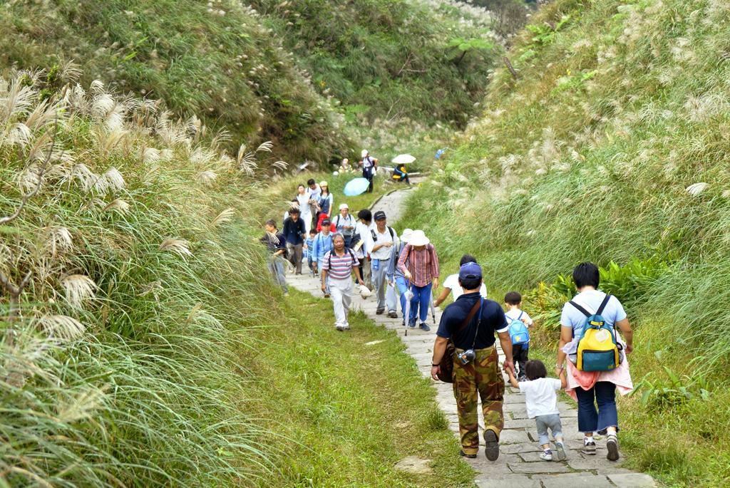 草嶺古道上遊客如織