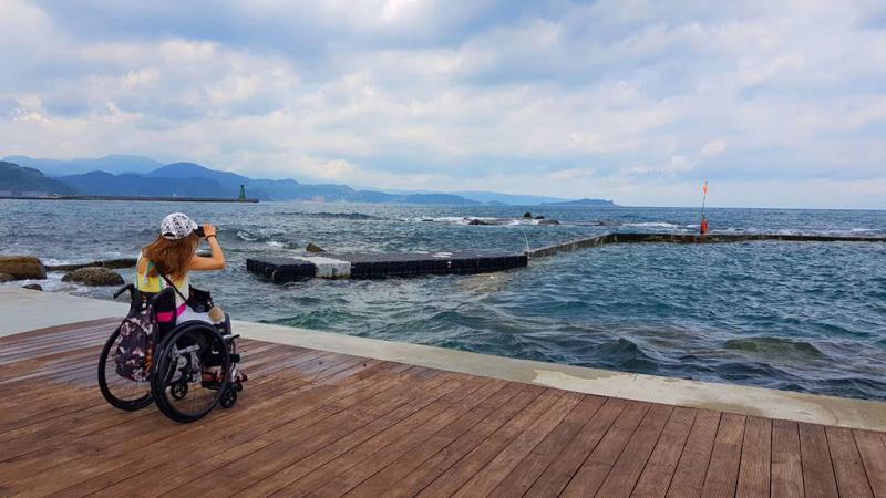 嚴楚碧設計師在特別設計深入海洋的觀景平台欣賞特殊海蝕地景
