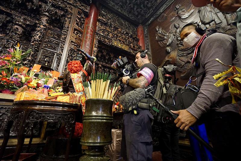 Travelscope拍攝團隊在大甲鎮瀾宮取景,深刻體會信眾的虔誠(許瓊文攝)