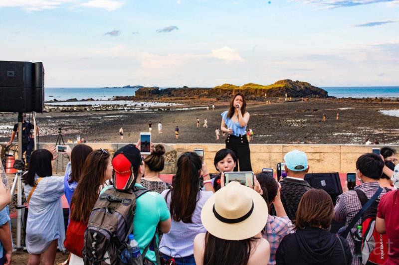 現場遊客熱情投入參與「奎壁山搖滾音樂會」,感染地質音樂魅力