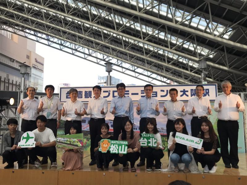 大阪車站辦理台日32同名車站活動所有主辦與協贊單位、學生合影