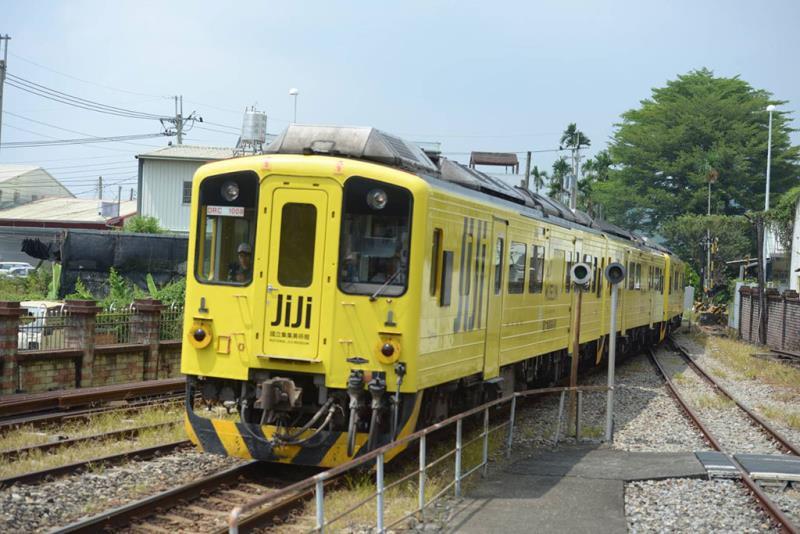 集集彩繪列車進站