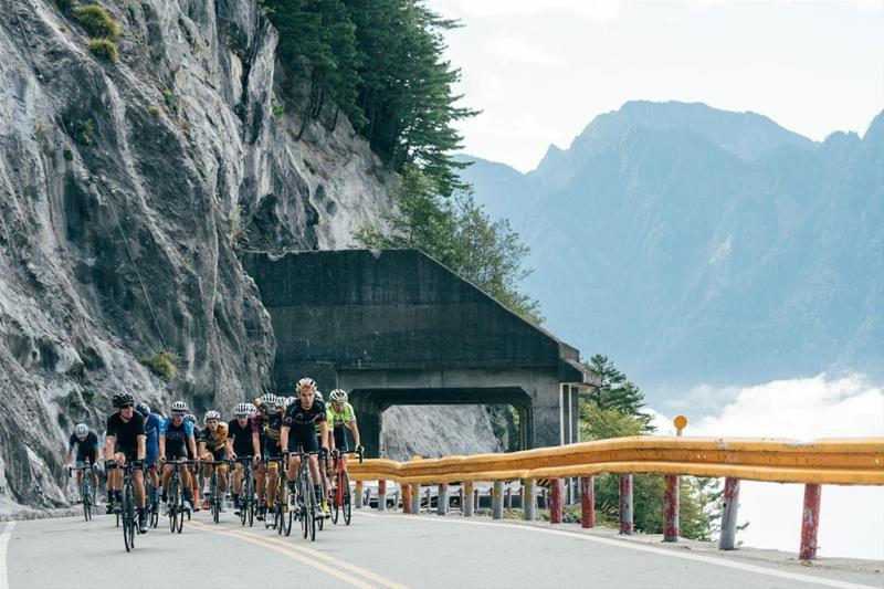 選手騎乘在擁有國家級美景的比賽路線