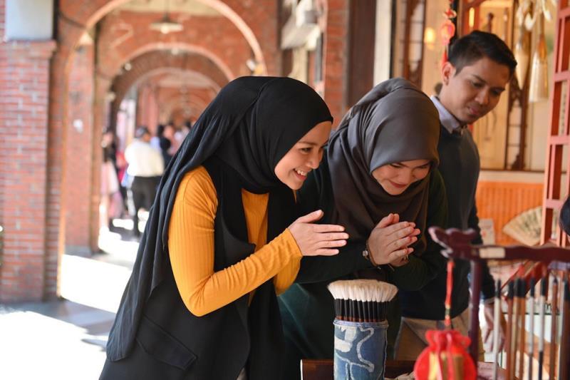 蜜拉菲爾莎與馬來西亞穆斯林網紅雅絲敏禮端夫妻同遊三峽老街