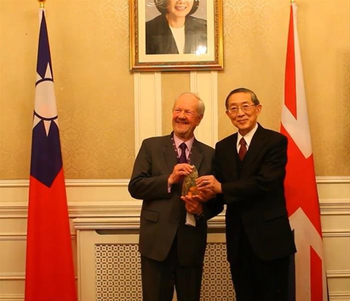 我駐英國林大使永樂(右)與獲獎人英國福克納勳爵(Lord Faulkner of Worcester)