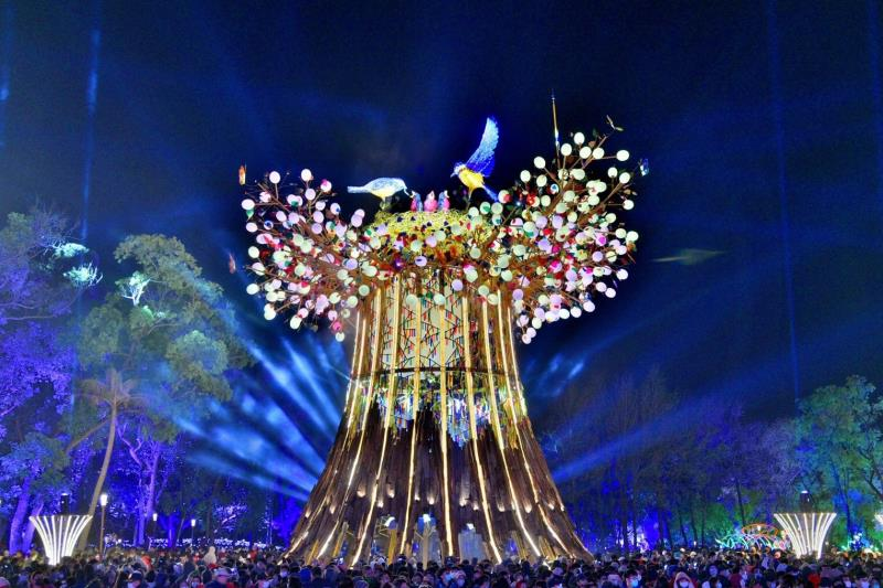 主燈「森生守護-光之樹」