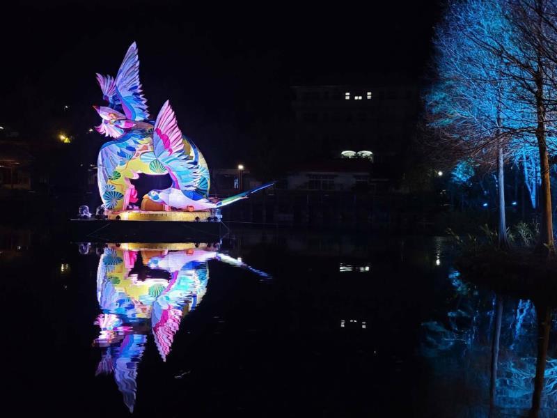 副燈「竹鵲松風迎春曦」在日月潭國家風景區車埕貯木池登場