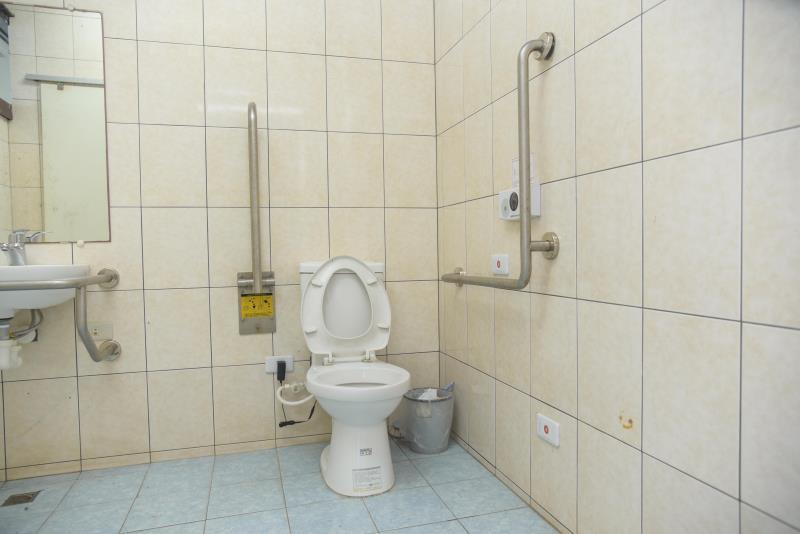 室外無障礙廁所內部