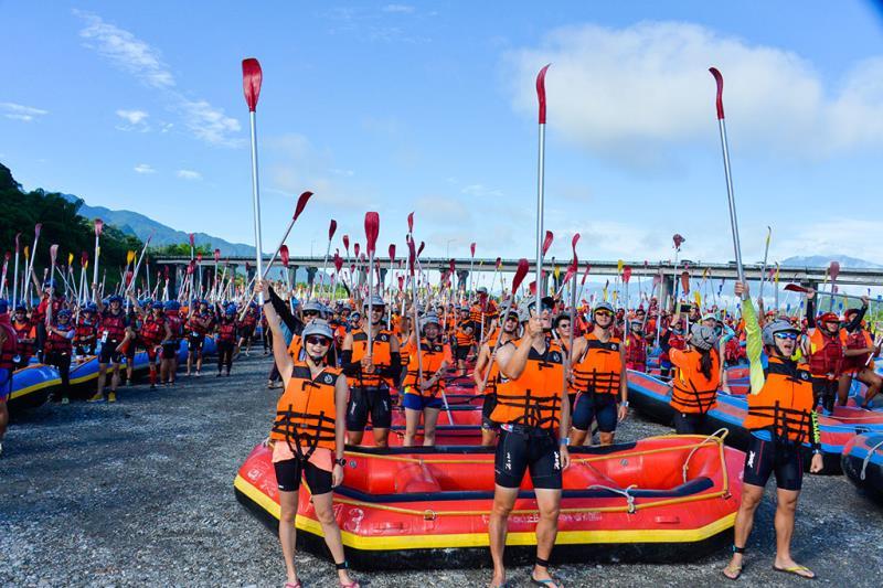 全國唯一可以讓選手們「一箭三鵰」同時參加泛舟、路跑、單車挑戰的鐵人三項競賽活動  年度:2016  來源:東部海岸國家風景區管理處