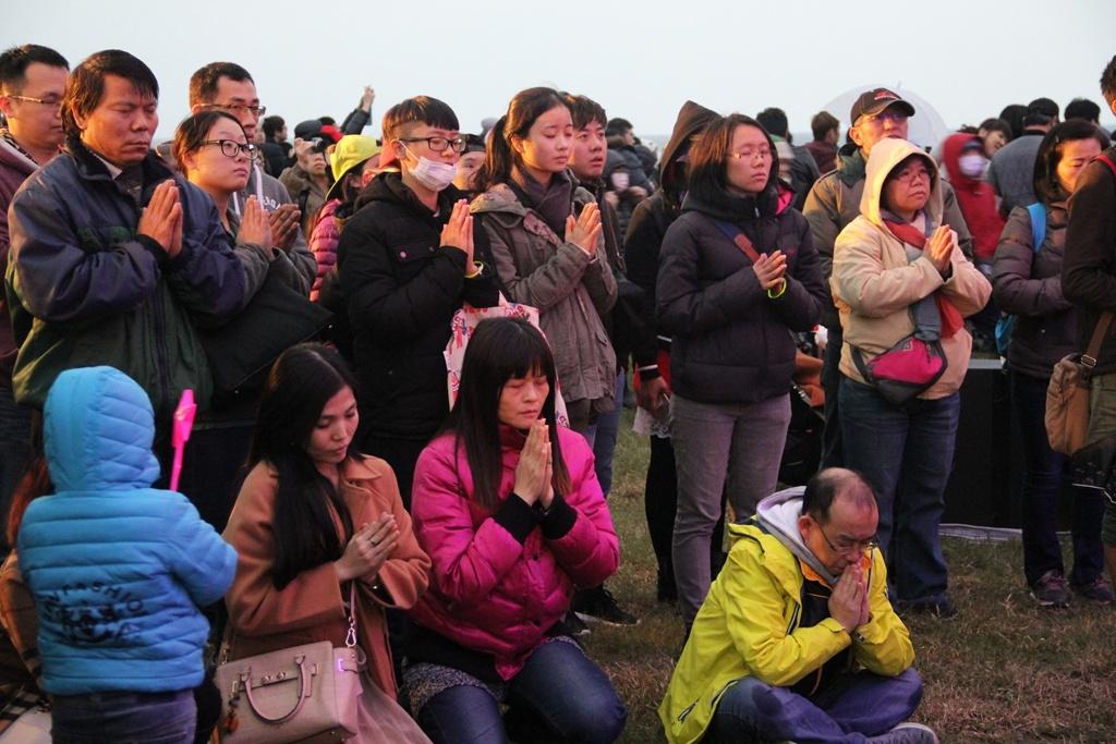 現場遊客參與一分鐘平安禪儀式  年度:2018  來源:東北角暨宜蘭海岸國家風景區管理處