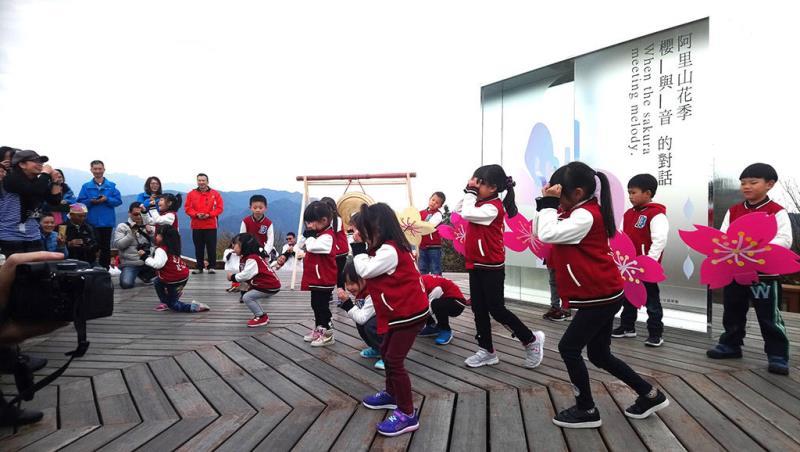2018阿里山花季音樂會-香林國小小朋友跳舞慶開幕(林務局嘉義林區管理處提供)