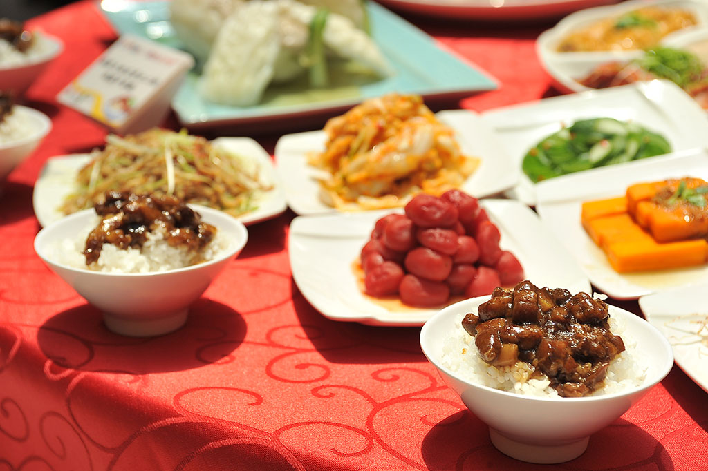 接待國際貴賓的飯店級「國飯宴」,將過去認為是國民美食的滷肉飯,推上五星級飯店的饗宴,成功奠定了「臺灣國飯」的地位。  年度:2019  來源:經濟部