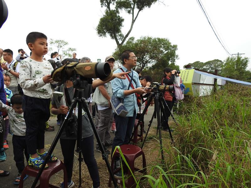 無論大小朋友都手持單眼相機,隨時守候鷹蹤  年度:2019  來源:參山國家風景區管理處