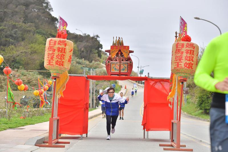 賽道上的鑽轎腳情境,跑者過轎祈求神明庇佑  年度:2019  來源:連江縣交通旅遊局