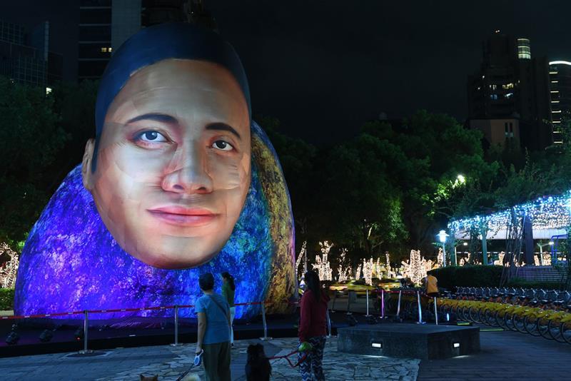 英國設計團隊CoolShit首度來臺,參考「巨石強森」(龍門廣場)設計超巨大的裝置藝術  年度:2019  來源:臺北市政府觀光傳播局