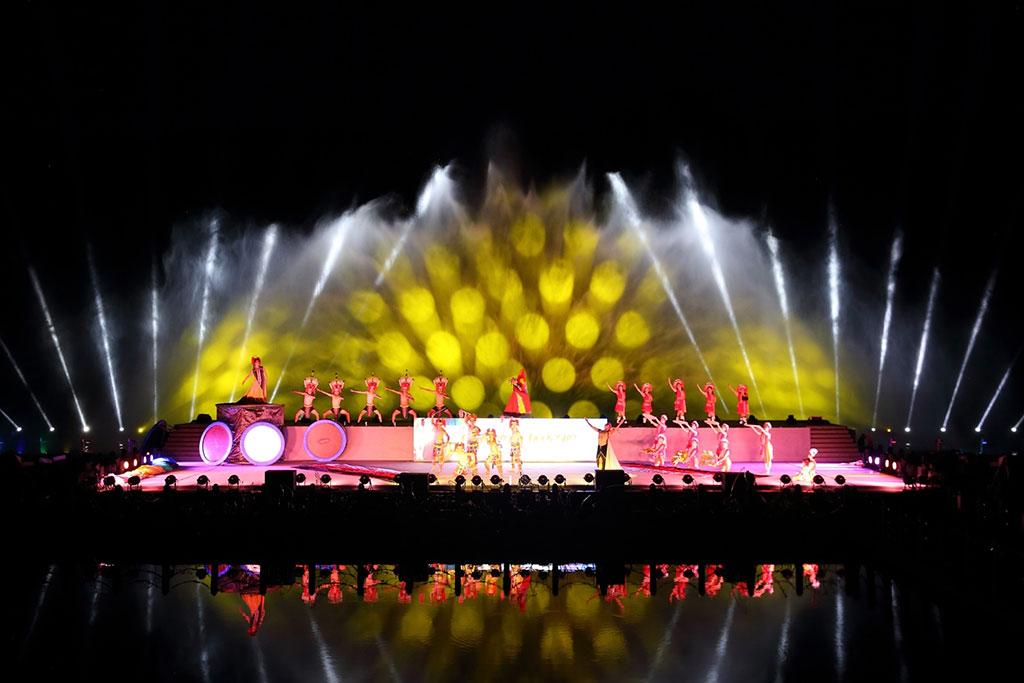 使用獨有的水上舞台搭配水幕及雷射展演系統,讓民眾感受聲光和山水之間的律動結合,令人目不暇給。  來源:花蓮縣政府