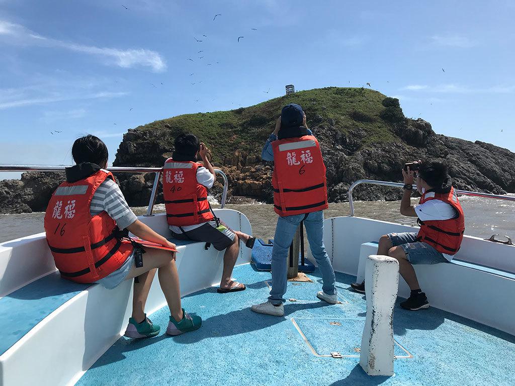 民眾在船隻上進行拍攝  年度:2018  來源:馬祖國家風景區管理處