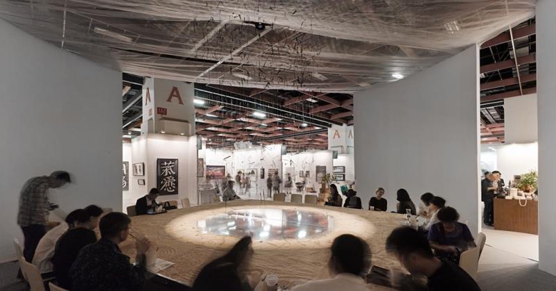 2015台北藝博咖啡區設計以沙堆和鏡面映象呈現自然形態的概念 (1)
