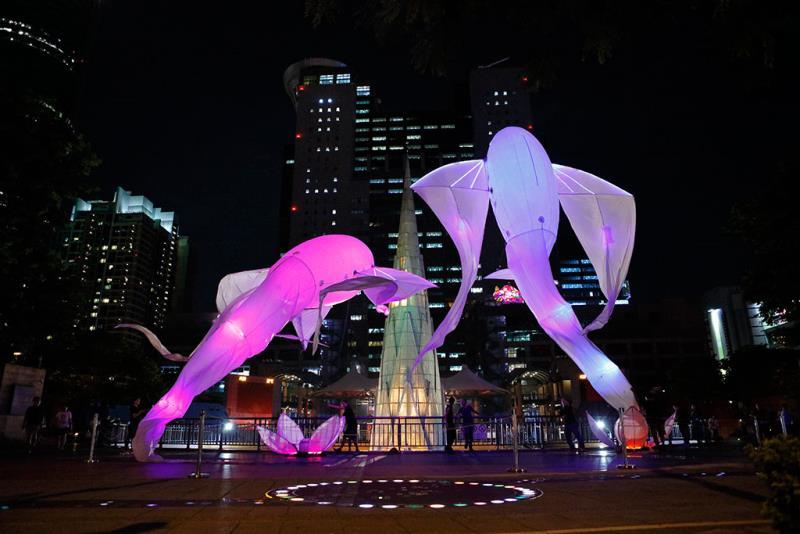 法國夢幻作品《Les-Luminéoles光之鳥》以飛鳥為意象,搭配奇幻音樂,隨著音樂擺動,轉換公共空間為奇幻氛圍,帶給觀眾有想像力的魔幻時刻。  年度:2018  來源:新北市政府文化局