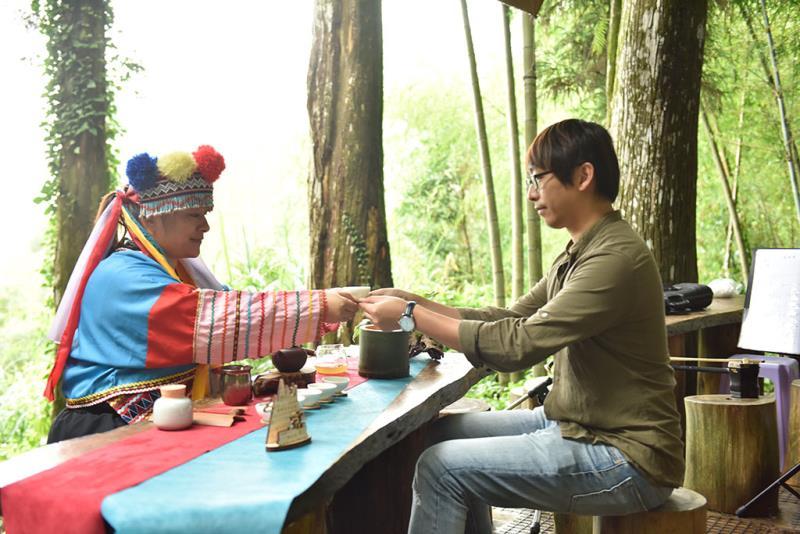 遊客體驗鄒族茶席文化  年度:2019  來源:阿里山國家風景區管理處