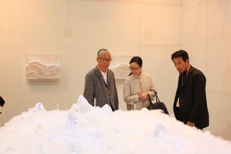 Art Taipei_攝影大師杉本博司參觀年輕藝術家作品