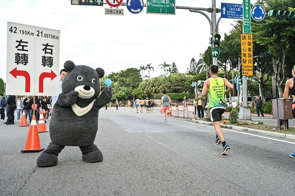 臺北市吉祥物「熊讚」為選手們加油打氣!!  年度:2019  來源:臺北市政府體育局