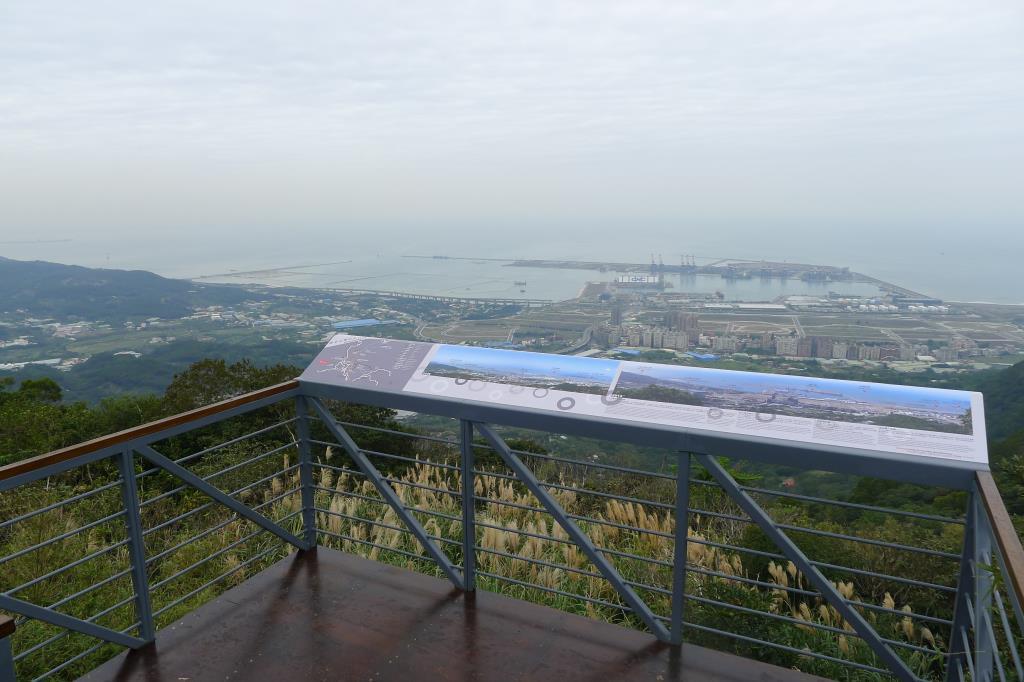 登上牛港稜步道,台北港一覽無遺  來源:北海岸及觀音山國家風景區管理處