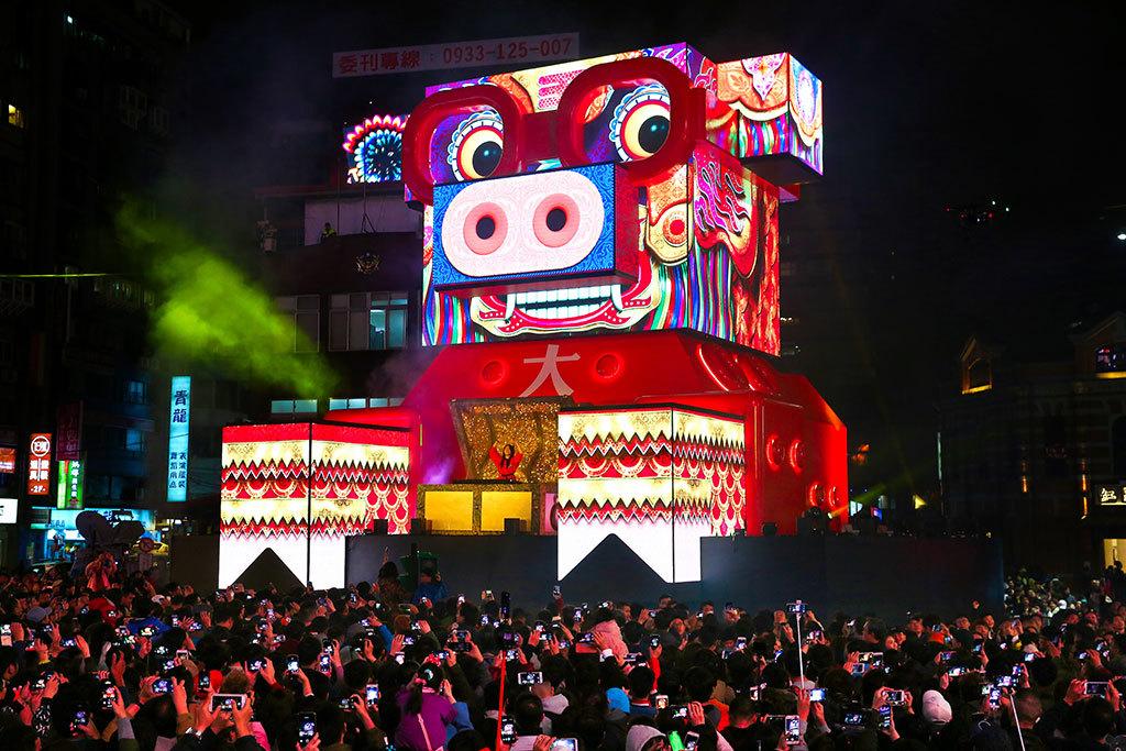 西門主展演區主題燈「百變豬寶亮晶晶」  年度:2019  來源:臺北市政府觀光傳播局