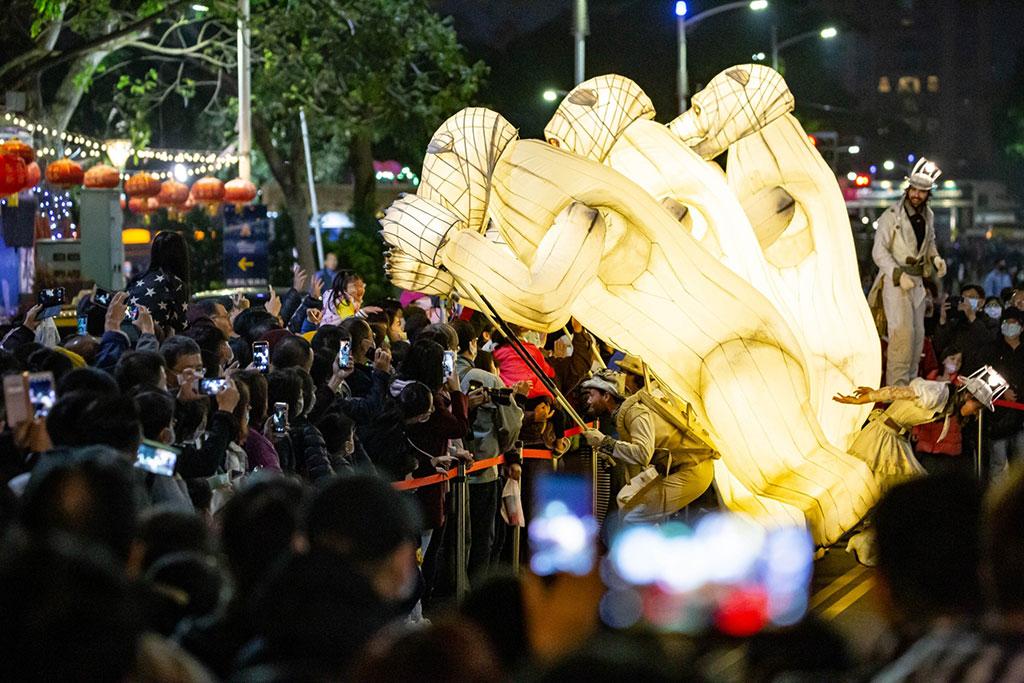 法國Gueule de´ours大白熊夜光踩街秀  年度:2020  來源:高雄市政府觀光局