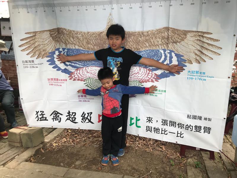 張開雙臂與猛禽比一比  年度:2019  來源:林務局南投林區管理處