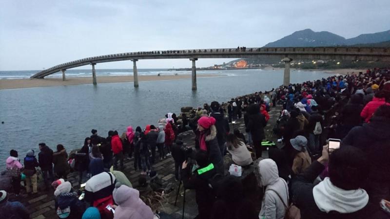 遊客在彩虹橋旁等待曙光  年度:2018  來源:東北角暨宜蘭海岸國家風景區管理處