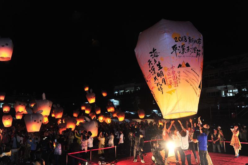 中秋場-主燈及玉兔小天燈  年度:2018  來源:新北市政府觀光旅遊局