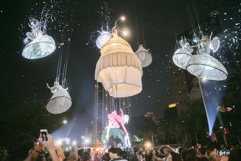 比利時托爾高空劇院表演魔幻登場,吸引群眾圍觀  年度:2019  來源:臺中市政府