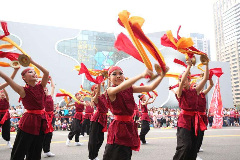 中台灣地區彰化大同國中的學生們參與踩舞盛會,表演鈸樂弄獅逗陣行  年度:2018  來源:臺中市政府提供