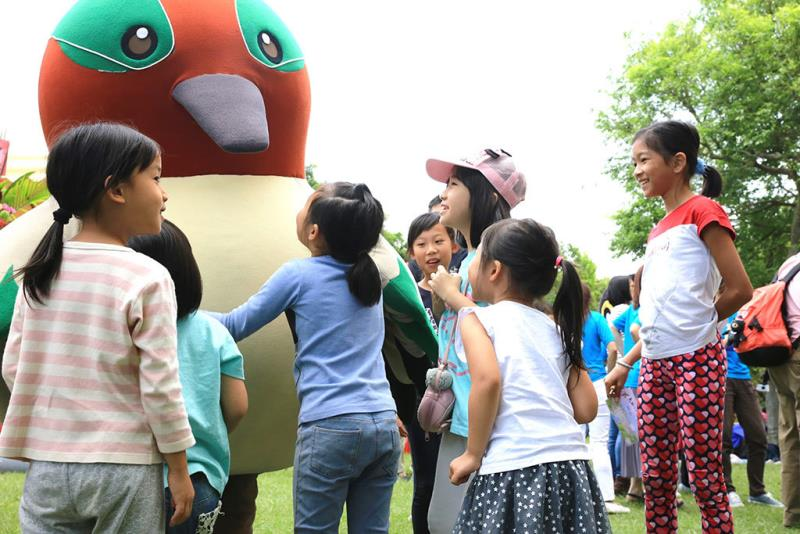 主題鳥小水鴨與孩子開心互動  年度:2018  來源:社團法人台北市野鳥學會提供