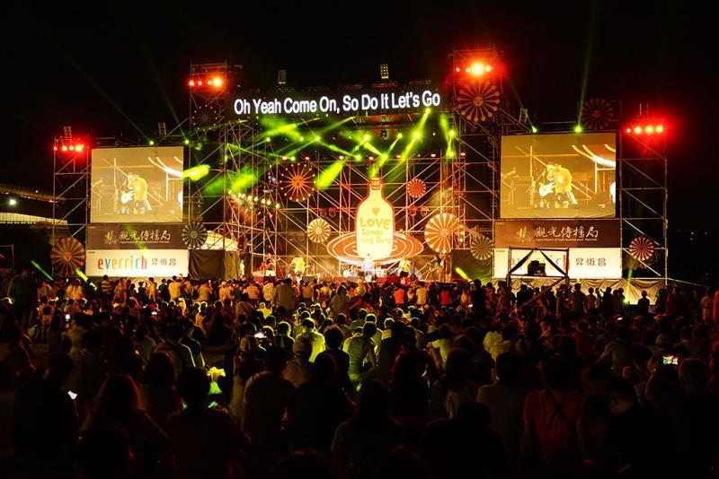 歌手、樂團輪番開唱,現場人潮擠滿活動草坪  年度:2019  來源:臺北市政府觀光傳播局