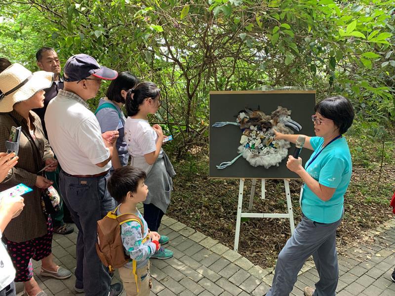 展示誤食塑膠垃圾的信天翁,並以賓果遊戲請民眾發想減塑行動  年度:2019  來源:台北市動物保護處