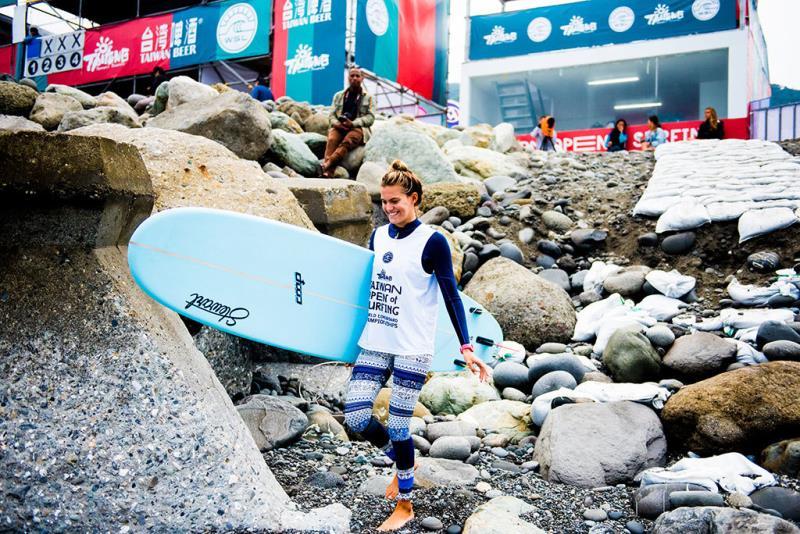 用燦爛的笑容出發,迎接每一道未知的浪-選手Soleil Errico(USA)2018世界長板女子總冠軍賽冠軍  年度:2018  作者:WSL Jack Barripp  來源:臺東縣政府