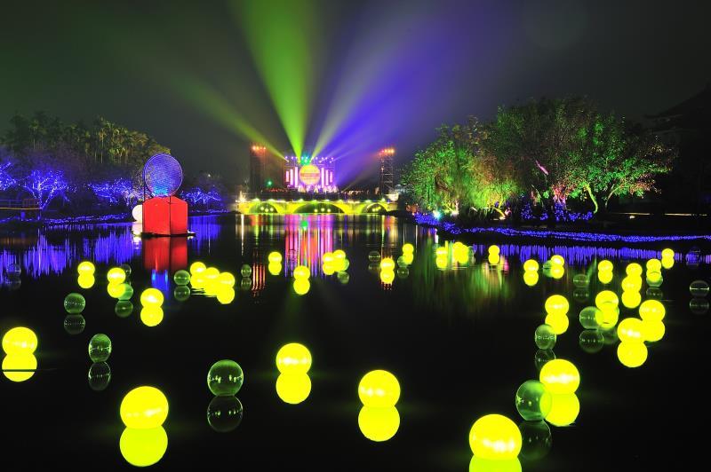月津港燈節,除了燈會以外,更有藝文表演、音樂會等精采活動,讓遊客體驗月港新風貌  年度:2012