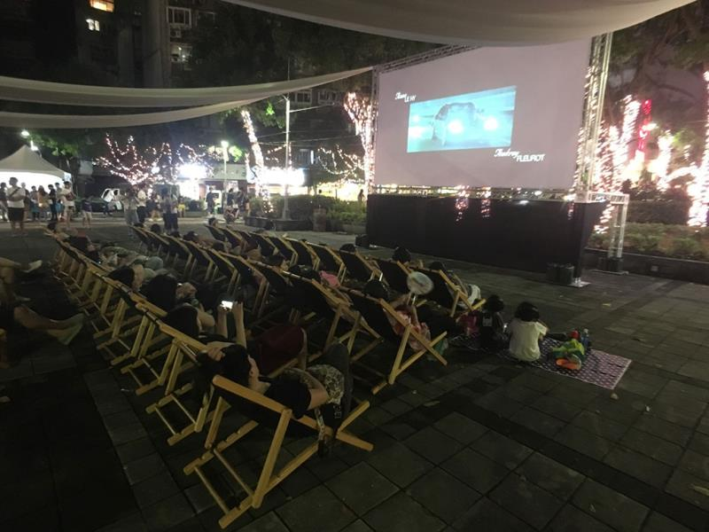 跨年前期活動「露天電影院」,每個周末邀請遊客在星空下一起看電影。  年度:2019  來源:臺北市政府觀光傳播局