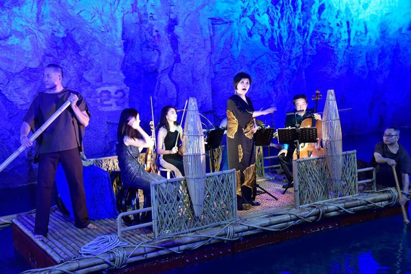 活動每年邀請各種表演藝術的高手表演,音樂家或坐或站於活動舞台上演出,天籟般的音樂隨著粼粼波光與如夢似幻的光影,反射出最純淨的音符。  年度:2019  來源:金門國家公園管理處