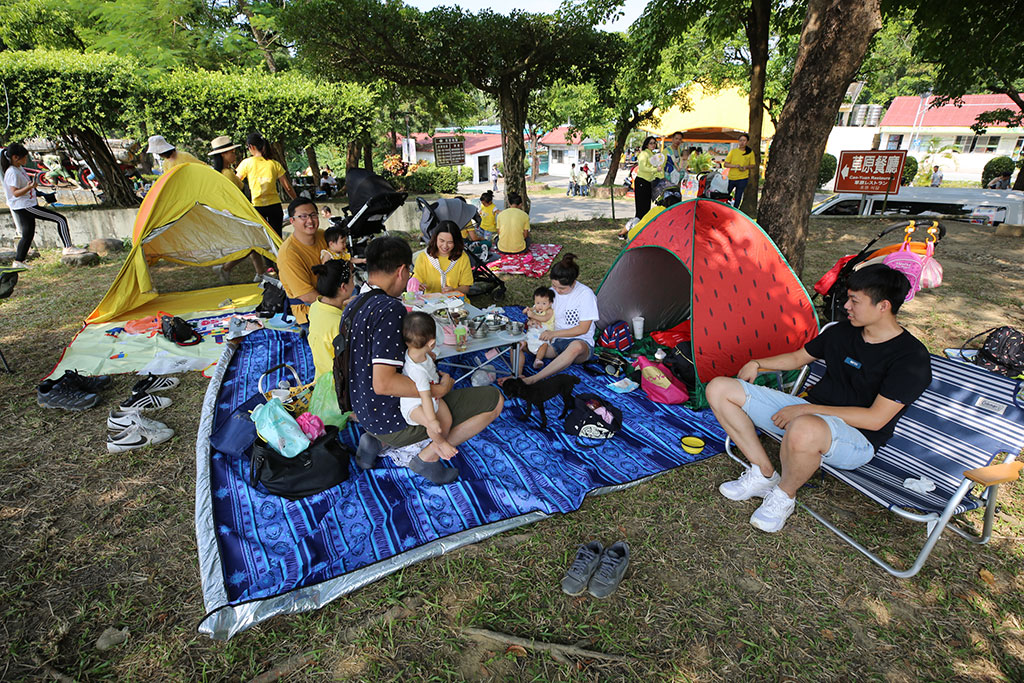全家福一起在草地上野餐,欣賞精采賽事,享受假日悠閒時光。  年度:2019  來源:西拉雅國家風景區管理處