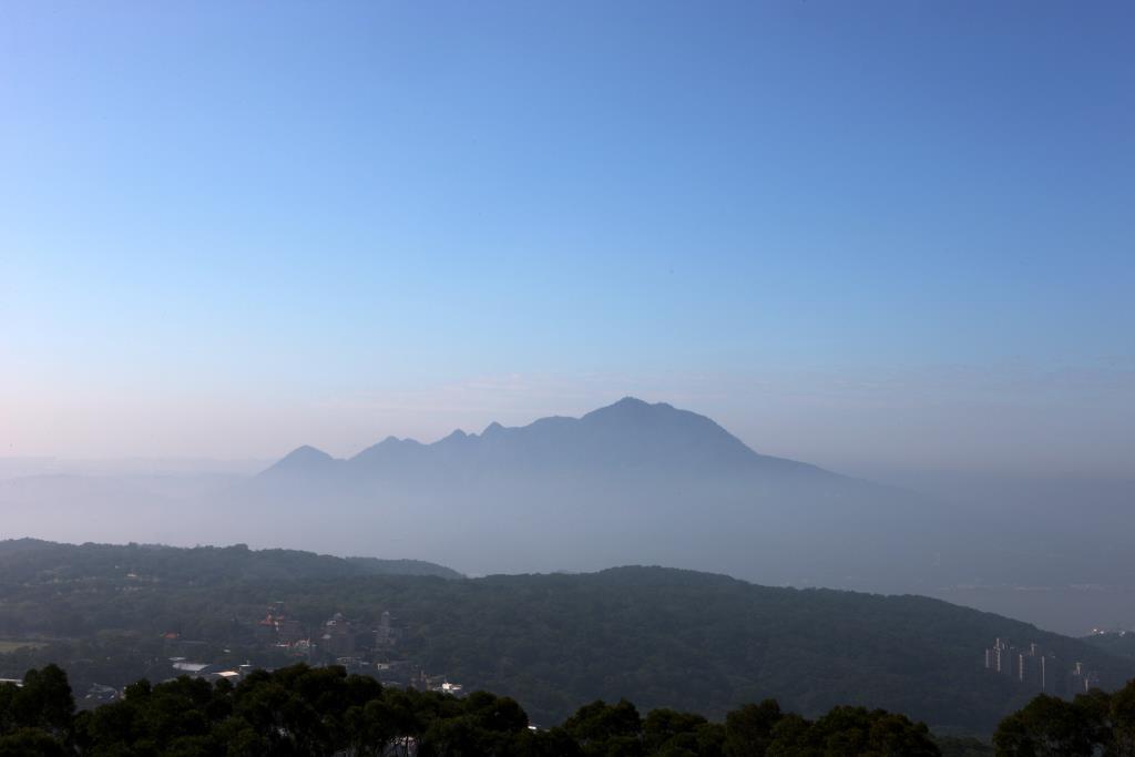 觀音山冬季雲霧籠罩之蒼茫美景,又稱坌嶺吐霧,為淡北八景之一  來源:北海岸及觀音山國家風景區管理處