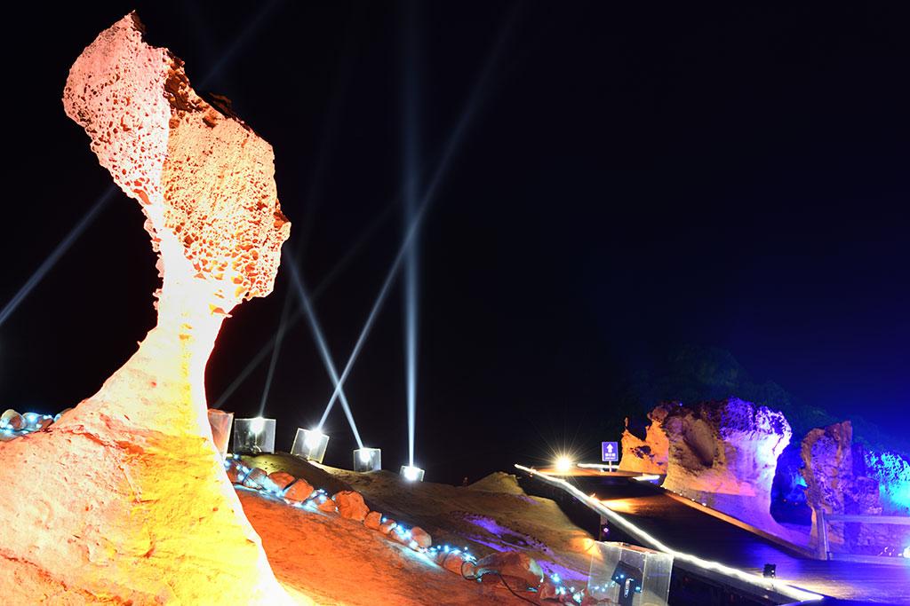 Espectáculo de luz en las Rocas de Yeliu y Cabeza de la reina  Período annual:2019  Origen de las fotografías:Administración Nacional del Área escénica de la Costa Norte y Guanyinshan