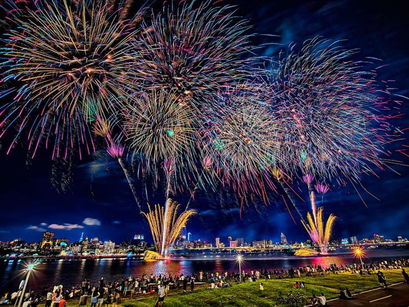 480秒情人煙火秀照亮台北水岸夜空,讓所有人感到浪漫又幸福  年度:2019  來源:臺北市政府觀光傳播局
