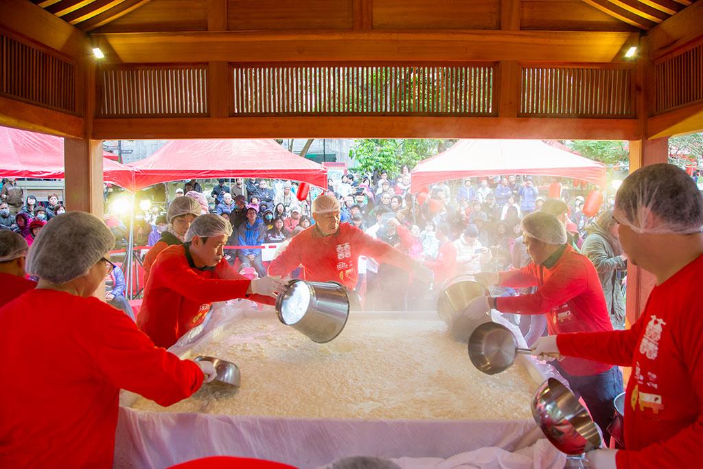 每年大溪豆干業者會在豆干節期間聚在一起製作超大豆腐,讓眾人享食,祈求豆干產業傳承萬世永保興盛,也是每年豆干節的重頭戲,讓您呷豆干做大官。  年度:2019  來源:桃園市政府觀光旅遊局